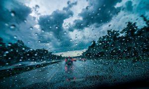 در هوای برفی و بارانی با خودروهای اجارهای چگونه رانندگی کنید